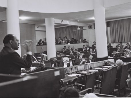 MR. MENAHEM BEGIN OF HERUT EXPLAINS TO THE KNESSET HIS PARTY'S STAND ON THE NEW GOVERNMENT. ç